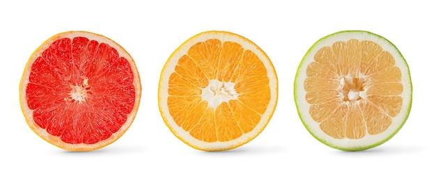 감귤류 과일은 흰색 배경에 격리된 자몽, 오렌지, 달콤한 컬렉션을 반으로 줄입니다.