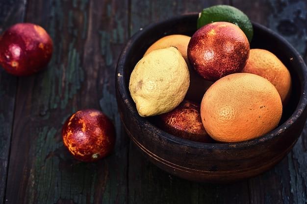 テーブルの上の木製のボウルに柑橘系の果物