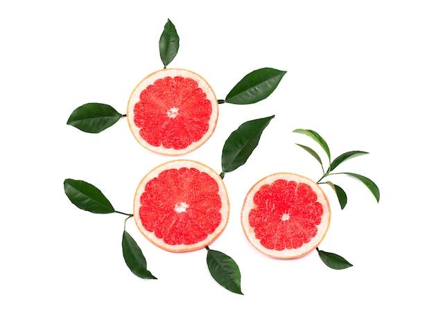 Цитрусовые фрукты, изолированные на белом фоне. части розового грейпфрута изолированные на белой предпосылке, с путем клиппирования. вид сверху.