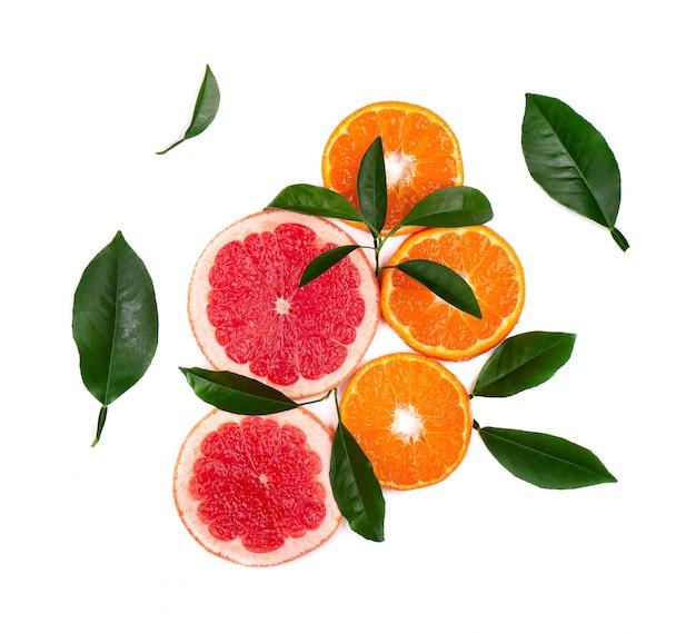 Цитрусовые фрукты на белом фоне