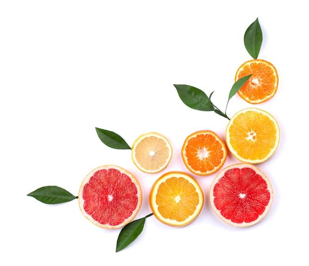 Цитрусовые фрукты, изолированные на белом. изолированные цитрусовые. кусочки лимона, розовый грейпфрут и апельсин изолированы.