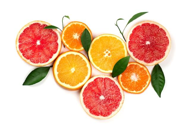Цитрусовые фрукты, изолированные на белом. кусочки лимона, розового грейпфрута и апельсина