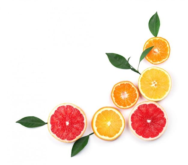 Цитрусовые фрукты, изолированные на белом пространстве. изолированные цитрусовые. части лимона, розового грейпфрута и апельсина изолированные на белом космосе, с путем клиппирования. вид сверху