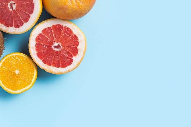 파란색 바탕에 감귤 류의 과일입니다. 오렌지, 자몽