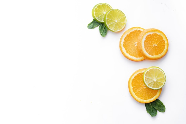 Нарезаны цитрусовые на белой стене. цветные плоды. семейство цитрусовых.
