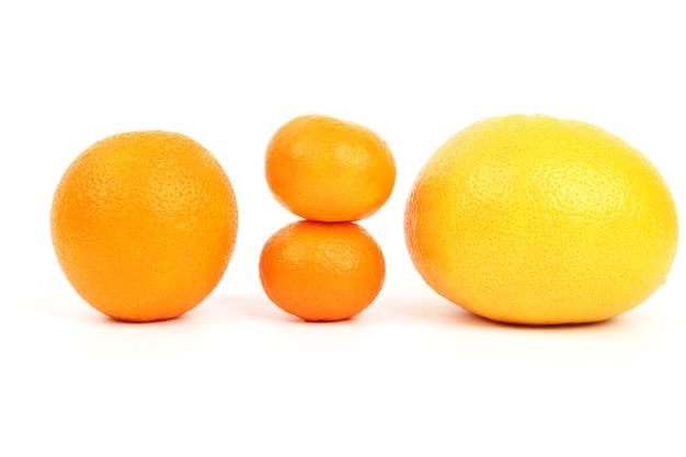 白い表面の柑橘系の果物