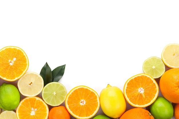 감귤류. 오렌지, 라임, 레몬. 복사 공간 흰색 배경에 고립