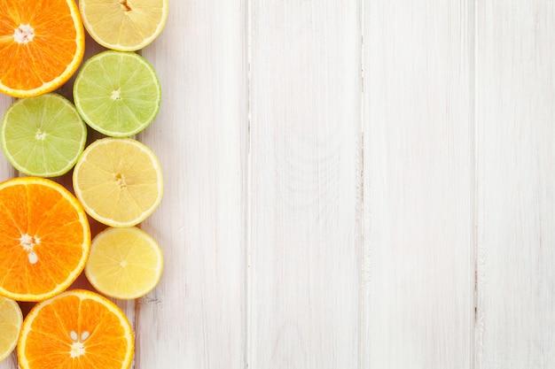 감귤류. 오렌지, 라임, 레몬. 복사 공간이 있는 나무 테이블 배경 위에