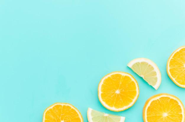 テーブルの上の柑橘系の果物のスライス Premium写真