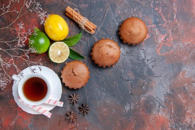 감귤류 과일 세 컵 케이크 감귤류 차 한잔 스타 아니스 계피