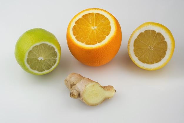 しょうがの根の部分と柑橘系の果物