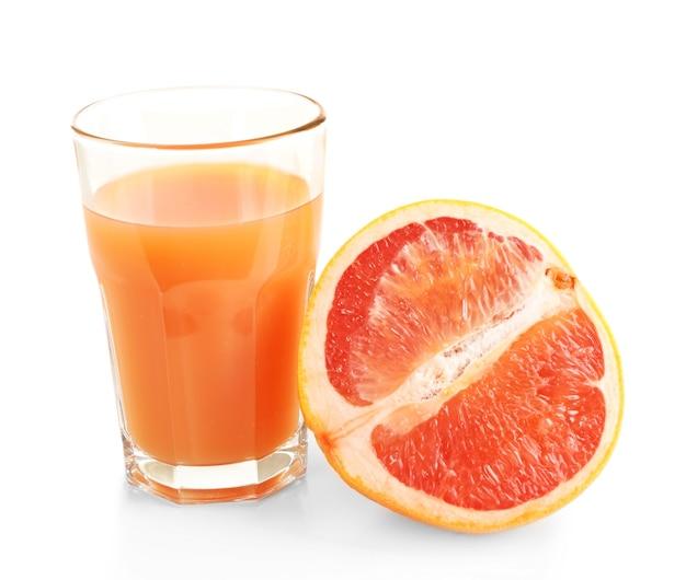Цитрусовый сок и свежие фрукты, изолированные на белом фоне