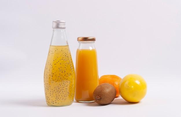 木製の背景に柑橘類のジュースや果物。セレクティブフォーカス