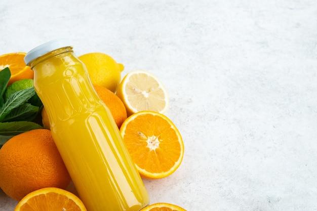 ガラス瓶に入った柑橘系ジュース。ビタミンc、免疫システムブースター