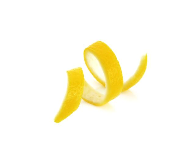 Твист кожуры лимона цитрусовых, изолированные на белой поверхности