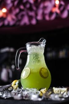柑橘類のレモネード水差しレモンのスパークリングウォーターライムアイスの側面図