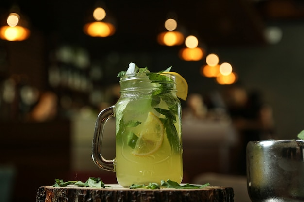 Vista laterale del ghiaccio della calce dell'acqua frizzante del limone della limonata dell'agrume