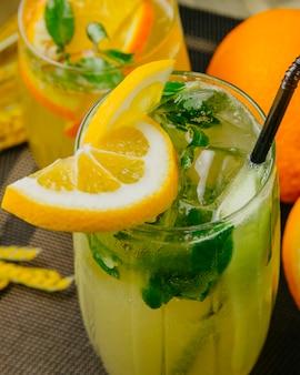 Цитрусовый лимонад, апельсин, лимон, газированная вода, мята, вид сбоку