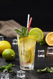 레몬 라임 오렌지와 민트가 들어간 시트러스 레모네이드