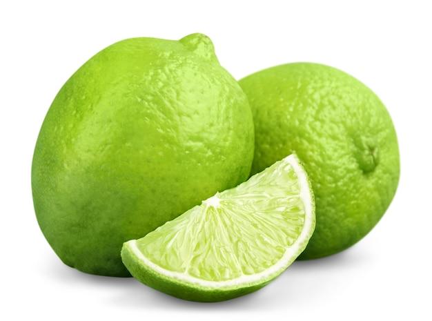 白い背景の切り欠きに分離された柑橘類のライムの果実
