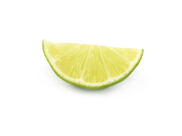 白い切り欠きに分離された柑橘類のライムの果実セグメント