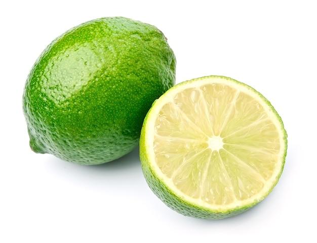 白で隔離の葉を持つ柑橘類のライムの果実