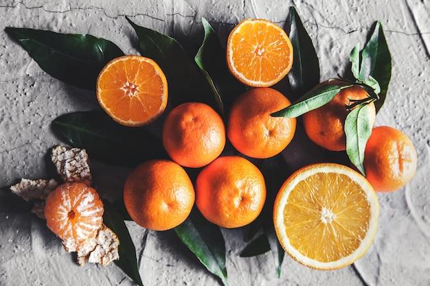 테이블에 감귤류 : 만다린, 칼로 귤. 신선한 유기농 육즙 과일.