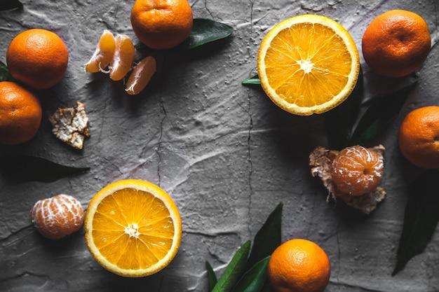 テーブルの上の柑橘類:マンダリン、ナイフでみかん。新鮮なオーガニックジューシー。健康的な健康食品