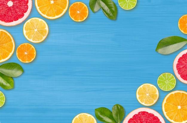 コピースペースと青い木の背景の柑橘類のスライス