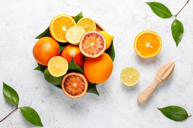 柑橘類、新鮮な柑橘系フルーツ、レモン、オレンジ、ライム、ブラッドオレンジ、新鮮でカラフルなトップビュー