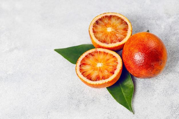 各種フレッシュシトラスフルーツ、レモン、オレンジ、ライム、ブラッドオレンジ、フレッシュでカラフルなトップビューの柑橘類