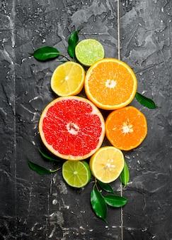 葉のある柑橘類。素朴なテーブルの上