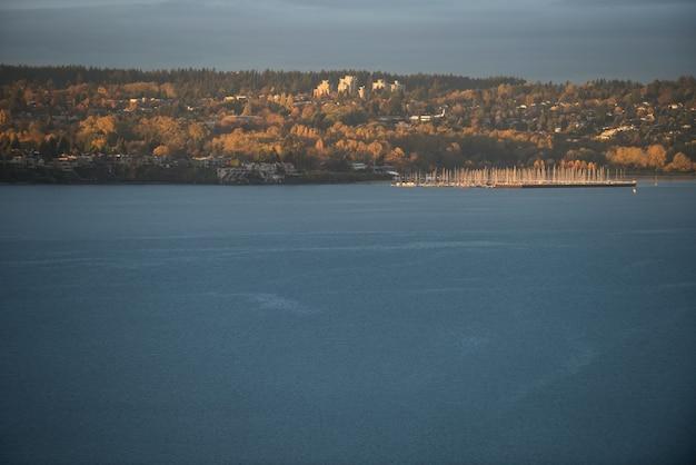 日中の都市と湖 無料写真
