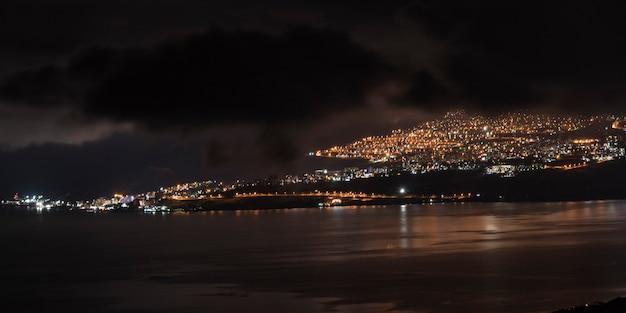 Город на побережье освещал ночью, веред ха-галиль, галилейское море, галилея, израиль
