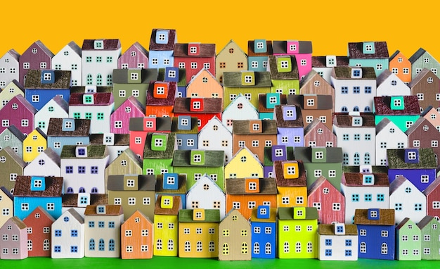 도시 배경, 다채로운 나무 미니어처 주택이 줄지어 있는 배너.