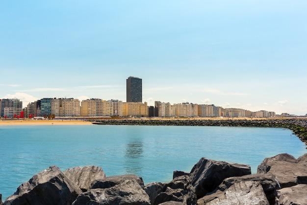 Городской пляж, морское побережье, европа. летний туризм и путешествия, известные и популярные места для отпуска или отпуска