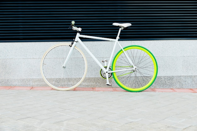 벽에 도시 자전거 고정 기어. 도시 도시 환경에서 자전거 또는 통근, 생태 교통 개념.