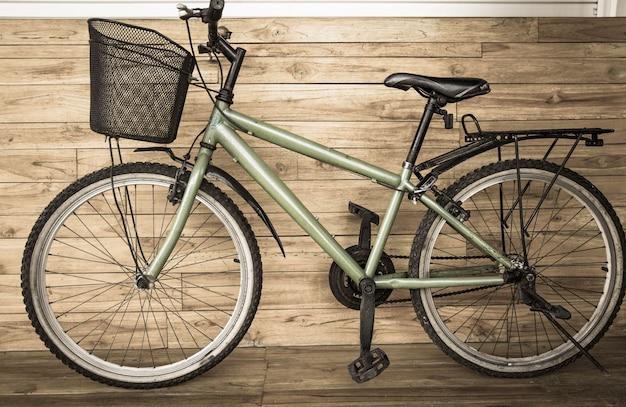 Городской велосипед. он окрашен в цвет сепии в деревне, экологическая транспортная концепция.
