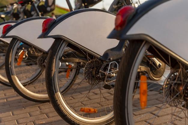 주차장에 있는 도시 자전거. 확대.