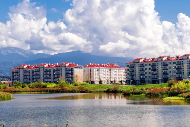Городские кварталы возле озера на фоне гор