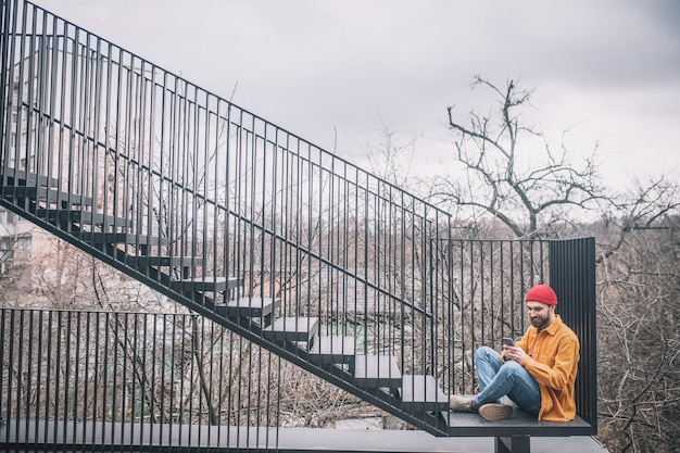 シティブリッジ。街の橋の階段に座っている男