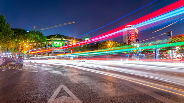 都市の建物の風景の夜景とファジーのヘッドライト