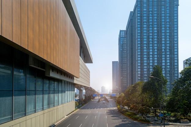 都市の建物と木々のある道路。