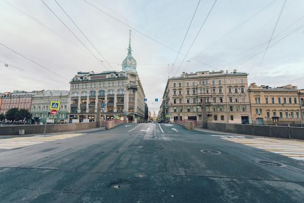 Центр города санкт-петербург, россия ранним летним утром.