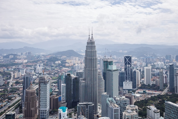 Центр города с башнями-близнецами петронас горизонт куала-лумпур малайзия