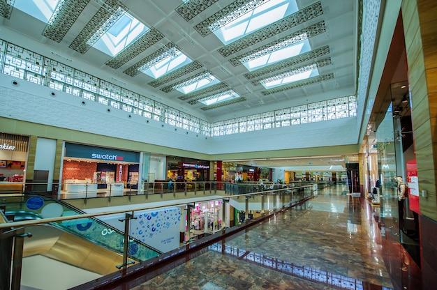 В торговом центре city centre mirdif в дубае более 400 магазинов, ресторанов и развлекательных заведений. торговый центр открылся в 2010 году и находится в ведении majid al futtaim properties.