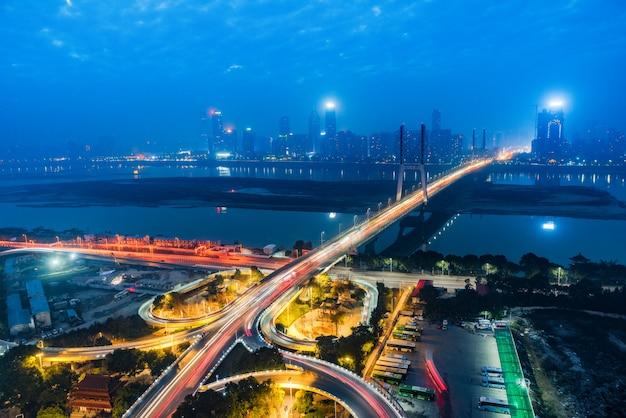 Город повышенной дорогой, ночной вид на эстакаду, шанхай