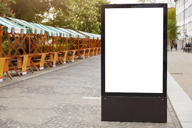 都市フォーマット。アナウンス用の白いモックアップスペースを備えた垂直ライトボックス