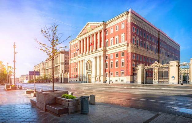 Здание мэрии на тверской улице в москве в ранний утренний солнечный час