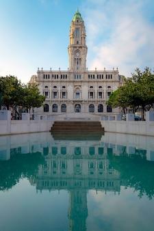 水に映るポルトガル、ポルト市庁舎。